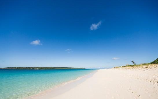 エメラルドグリーンの海と砂浜